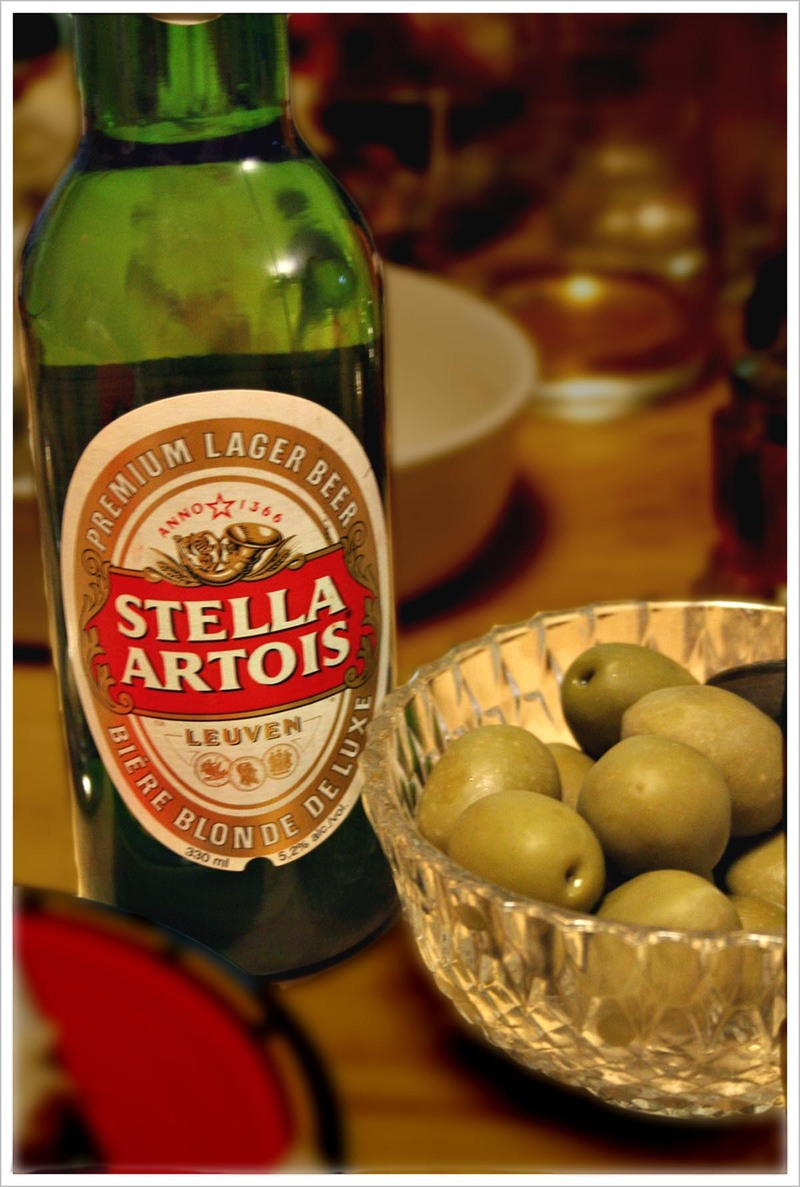 Stella_artois_and_olives_1